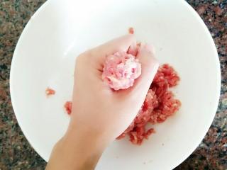 丝瓜肉丸汤,用手抓一把肉往上挤,挤成一个圆球!