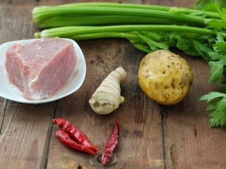 芹菜土豆炒肉丝,准备所需主食材