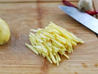 芹菜土豆炒肉丝,土豆去皮切条状