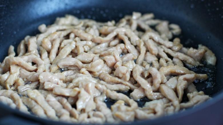 芹菜土豆炒肉丝,翻炒至肉丝发白断生盛出备用