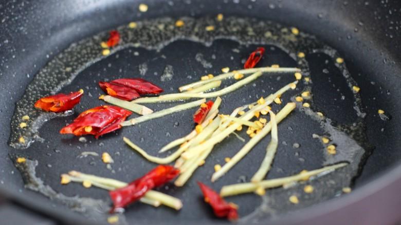 芹菜土豆炒肉丝,用锅中底油炒香姜丝和红干椒