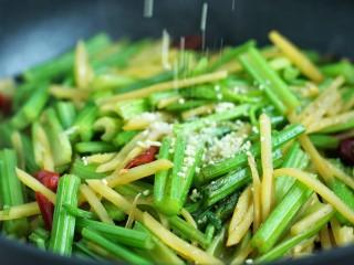芹菜土豆炒肉丝,再放入鸡精翻炒均匀
