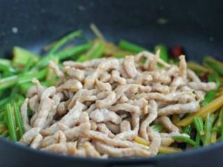 芹菜土豆炒肉丝,倒入炒好的肉丝