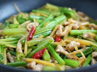 芹菜土豆炒肉丝,与锅中食材一起炒匀盛出即可