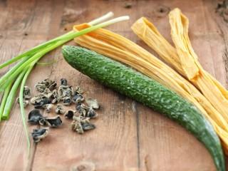 黄瓜腐竹拌木耳,准备好所需主食材