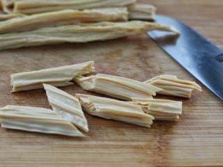 黄瓜腐竹拌木耳,腐竹提前泡发后切斜段