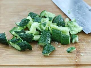 黄瓜腐竹拌木耳,黄瓜洗净拍扁,然后切小段