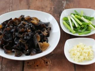 黄瓜腐竹拌木耳,木耳泡发后撕成小片,小葱切段、大蒜剁成蒜末备用