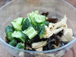 黄瓜腐竹拌木耳,把木耳、腐竹和黄瓜放入大碗中