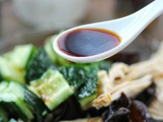 黄瓜腐竹拌木耳,调入味极鲜酱油