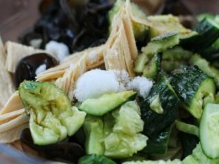 黄瓜腐竹拌木耳,盐和糖