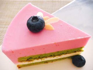 桃花源慕斯蛋糕,取出蛋糕后,把蛋糕连同模具放在一个小杯子或老干妈罐子上,用热风机轻快地吹一圈模具壁,然后稍微一压模具即可脱模。再根据自己的喜好进行装饰即可。