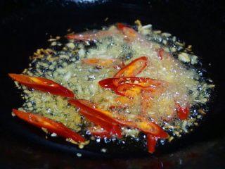 花甲丝瓜汤,锅内倒油烧热,下蒜米,姜米,辣椒炒香