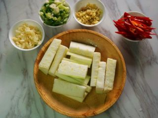 花甲丝瓜汤,将丝瓜去皮切成3-5厘米的段;大蒜、老姜切碎;葱切成花;辣椒切成斜刀片待用