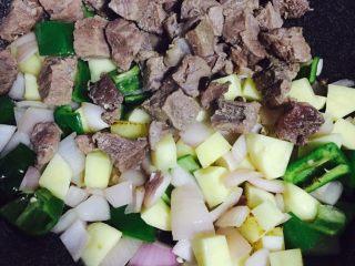 异域风情菜—咖喱土豆牛肉煲,然后加入压熟且沥干水分的牛肉