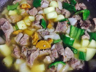 异域风情菜—咖喱土豆牛肉煲,加适量清水,水量没过食材多一些即可,水太多,整体口味会变淡,控制好水量