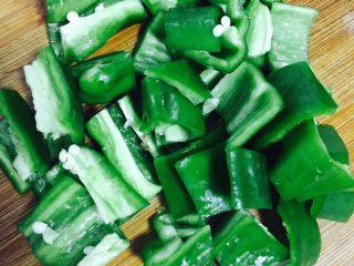 异域风情菜—咖喱土豆牛肉煲,青椒切段