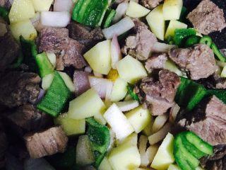 异域风情菜—咖喱土豆牛肉煲,加适量盐,翻炒均匀