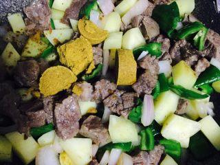 异域风情菜—咖喱土豆牛肉煲,炒至食材断生,取出咖喱块倒入锅中