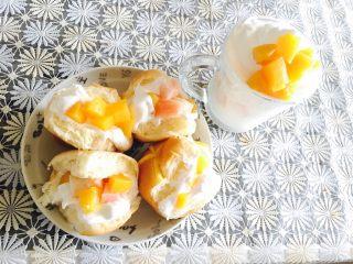 蜜桃少女下午茶👸🏻,  1、杯里加入酸奶,放入水果丁,留1/5放奶油(想要形状好看点就把奶油放入用勺子旋转形成冰淇淋形状)上面放几粒水果丁~完美   2、吉士排面包分开,从中间切开抹入奶油,加入水果丁。