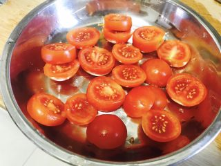 西红柿干,拿出放入盘中