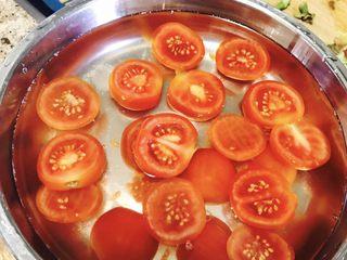 西红柿干,加入水,涮一涮,然后倒掉,换一个盘子(因为我家微波炉不能放铁盆)