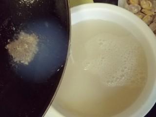 香辣爆炒花甲,沉淀好的花甲汤倒在干净的碗里备用
