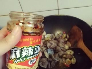 香辣爆炒花甲,放入适量辣椒酱,老干妈也很好吃