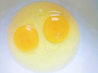 鲜虾豆腐蒸水蛋,食材处理:找个容器打入鸡蛋加入温水四小勺(普通的鸡蛋净重50g左右 所以需要兑水100g左右的水)