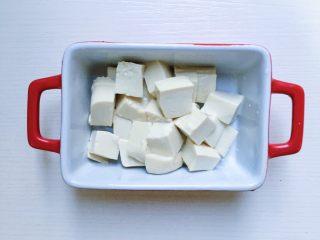 鲜虾豆腐蒸水蛋,这个时候就可以将嫩豆腐切成小丁放入碗中