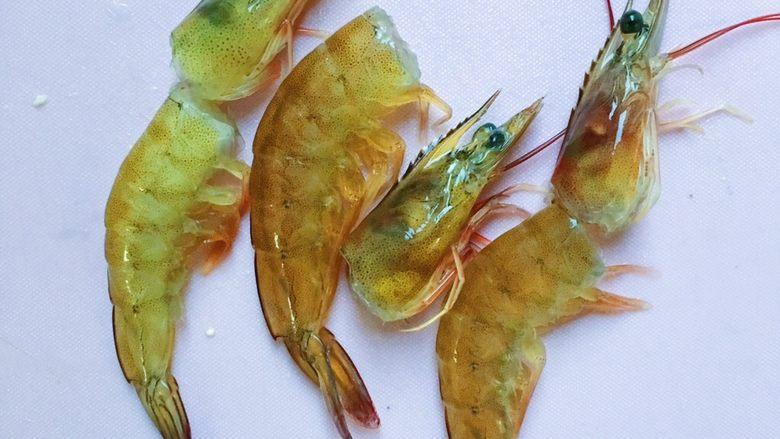 鲜虾豆腐蒸水蛋,这个时候就可以来处理虾了 把虾头和虾壳及虾线处理干净