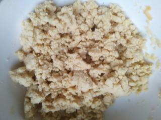 花样面食之雪梨馒头,玉米面边用筷子搅拌边倒入50克开水,搅拌均匀放凉备用