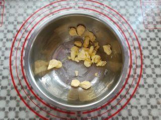 黄金椰蓉球,黄油分成小块放到盆子里软化