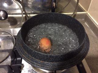 日式鸡汤泡饭,沸水,放入鸡蛋,中火煮6分钟。