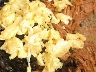 打卤黄花菜,再放入之前打碎的鸡蛋