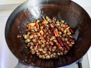 香辣螺蛳,倒进处理干净的螺蛳,大火翻炒让螺蛳裹满红油入味。