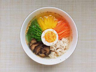 日式鸡汤泡饭,浇上清鸡汤,即可。各种配菜,和鸡汤可以随时添加。