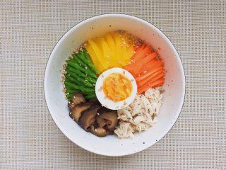 日式鸡汤泡饭,碗里放煮好的米饭,一次放上拌好的鸡肉,胡萝卜条,芦笋段,香菇丝,腌萝卜条,葱花,最后放上溏心蛋。撒点白芝麻。