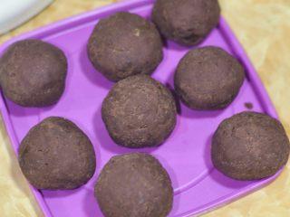 抹茶酥,静置时间将事先炒好的红豆馅,把生蛋黄包在里面,搓成圆球。