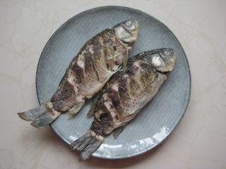 川香豆瓣鱼 :超级美味的下饭神器,中大火煎至鲫鱼表面定型,翻面后继续煎至鱼皮定型,将鱼盛出备用。