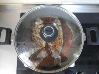 川香豆瓣鱼 :超级美味的下饭神器,放入鱼,盖上盖子小火焖煮约10-15分钟,其间给鱼翻面。