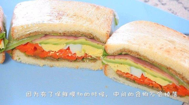 牛油果鸡蛋火腿三明治,有保鲜膜裹着,不用担心宝宝吃的时候会撒的到处都是。