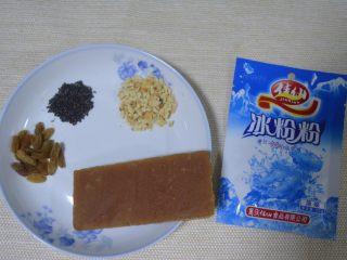 香爽红糖冰粉,准备好食材:普通的葡萄干适量、炒熟的芝麻适量、红糖一块(这样一块是125克)、冰粉粉1包(20克)、适量炒熟的花生压碎备用!