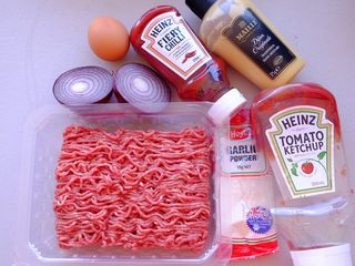 Meatloaf进阶版 (让同事流口水的带饭利器1),牛肉糜和调料材料如上,没有大蒜粉的也可以用大蒜泥来代替哦