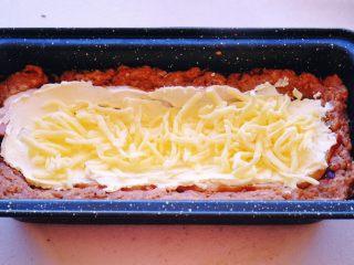 Meatloaf进阶版 (让同事流口水的带饭利器1),然后按个人喜好撒上马苏里拉奶酪 我因为没有薄片状的 如果你们有 那就用薄片的 更服帖 成品会更好看