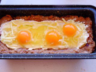 Meatloaf进阶版 (让同事流口水的带饭利器1),把鸡蛋从左至右敲到凹槽里 哇塞 这时候我已经觉得美翻了