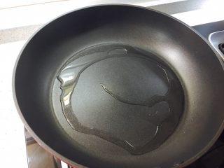 莲藕藕饼,热锅,加一点儿油。