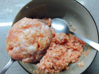 莲藕藕饼,用勺子把拌好的馅儿弄成饼状(也可以戴上手套用手去捏成饼)