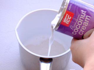 土澳人民爱吃的甜品2 ——层次丰富的Trifle蛋糕,将剩余的椰奶浆倒入小奶锅
