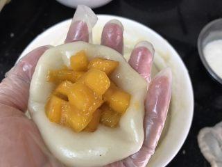 花生芝麻&芒果糯米糍,把芒果粒放置面饼中间